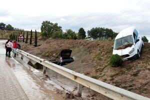 Pla obert de dos cotxes destrossats després de ser arrossegats per l'aigua a Arbeca