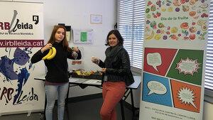 Professionals de l'IRBLleida adquirint fruita en la parada instal·lada