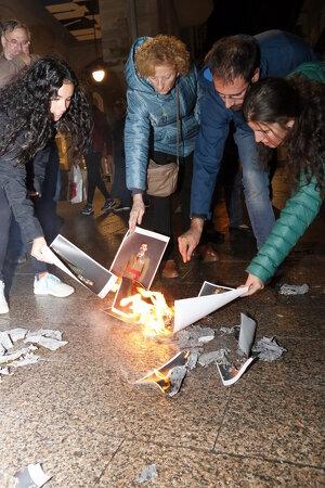 Un grup de concentrats a la plaça de la Paeria, cremant fotografies del rei
