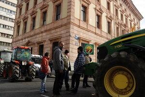 Concentració de tractors al davant de la subdelegació del govern espanyol a Lleida
