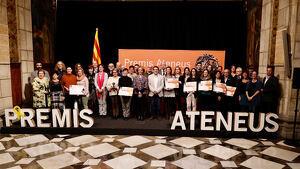 Fotografia de família dels premiats als trentens Premis Ateneus