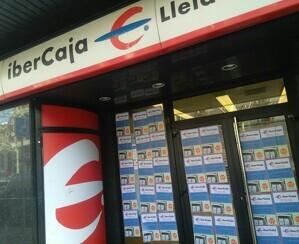 Imatge d'una oficina d'Ibercaja empaperada a Lleida