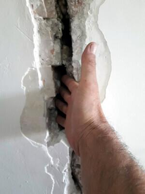 Esquerdes aparegudes a l'interior d'un edifici del carrer Major de Lleida que ha estat desallotjat, el 13 de desembre de 2019.