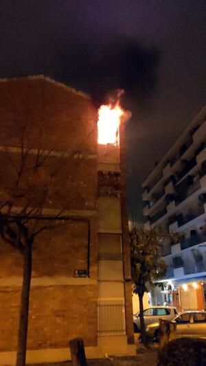 Pla general del pis de Mollerussa en què s'ha produït un incendi