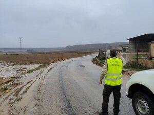 Pla general on es pot veure un operari en un camí municipal d'Alcarràs