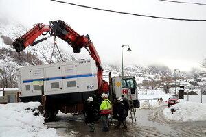 Un camió descarregant un grup electrogen a Àreu, al Pallars Sobirà