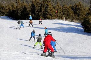 Classe d'esquí a l'estació de Port del Comte en el marc del programa Esport Blanc Escolar, el 19 de gener del 2018.