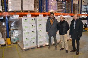 Imatge de l'entrega de l'oli d'oliva al Banc dels Aliments de Lleida