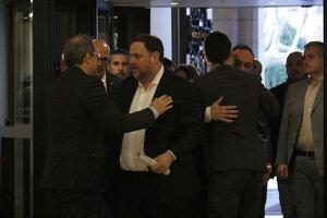 Pla americà de Quim Torra i Oriol Junqueras saludant-se amb Josep Rull