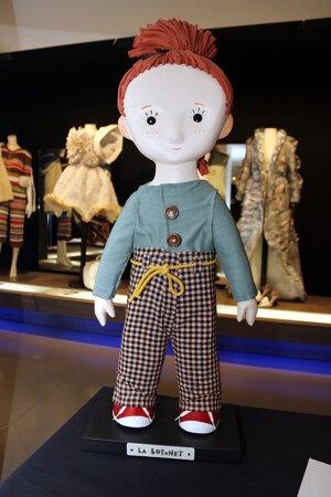 Pla mitjà on es pot veure el personatge de la Botonet, al Museu de Vestits de Paper de Mollerussa