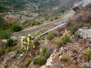 Imatge de la pedra de grans dimensions que obliga a tallar la carretera d'accés a Hortoneda, al Pallars Sobirà, el dia 27 de gener de 2020.