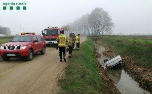 Imatge del vehicle caigut a la séquia a Vallfogona de Balaguer, el dia 9 de gener de 2020.
