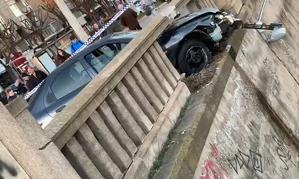 Un vehicle s'encasta contra la barana de pedra del riu Segre de Lleida, el dia 11 de gener de 2020.