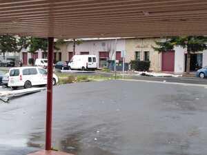 Imatge d'un part de la teulada que ha caigut a l'aparcament del complex esportiu de Cervera, el dia 21 de gener de 2020.
