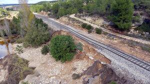 Imatge aèria d'un tram de vies desfalcades a la línai del ferrocarril entre Lleida i Tarragona