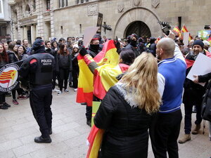 Pla obert on es veuen alguns dels manifestants de VOX ensenyant banderes d'Espanya