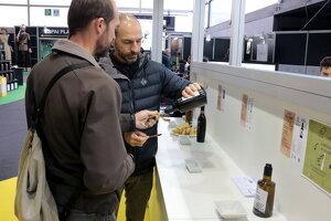 Uns visitants tastant un dels olis de la 57a Fira de l'Oli de les Borges Blanques