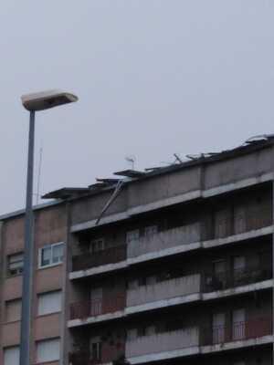 Les fortes ventades han arrencat part de la teulada d'un bloc de pisos de Cervera, el dia 21 de gener de 2020.