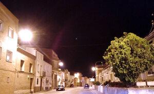 Imatge d'arxiu d'un carrer d'Alcarràs de nit