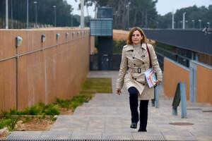 Pla mitjà de l'expresidenta del Parlament Carme Forcadell sortint caminant de la presó