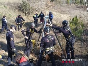 Agents dels Mossos d'Esquadra després de localitzar un pou sense senyalitzar a Coll de Nargó, el dia 13 de febrer de 2020.
