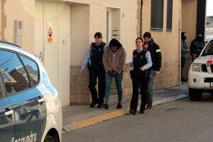 Els agents s'han endut una dona detinguda d'un immoble de Rosselló, el dia 5 de febrer de 2020.