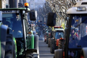 Pla tancat on es poden veure tractors circulant per la rambla Ferran de Lleida