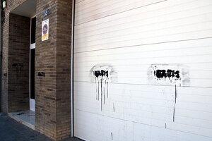 Imatge de les pintades de 'nazis' a la porta de casa de l'alcaldessa de Tremp, el dia 19 de febrer de 2020.