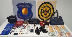 Imatge de tots els articles decomissats als joves detinguts per robatoris amb força en domicilis de Lleida, el dia 17 de febrer de 2020.