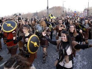 Pla general on s'hi veu diverses persones disfressades de vikings
