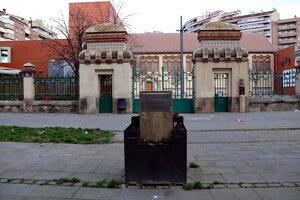 Pla obert del monument dedicat a Lluís Companys davant del teatre de l'Escorxador