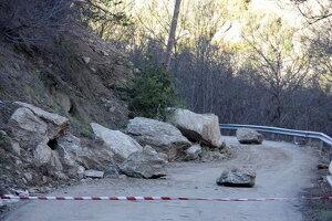 Pla general de les roques que han caigut a la calçada a la carretera