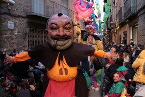 Els gegants bojos desfilant durant el Carnaval de Solsona 2019