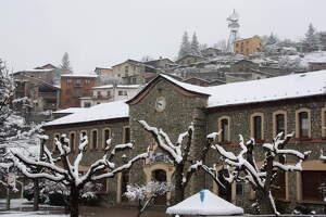 Pla general on es veu l'acumulació de neu als arbres i teulades