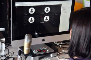Una professora de la UdL fent videoconferència