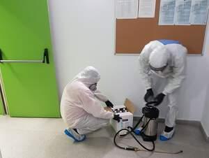 Operaris desinfectant la caserna de la Guàrdia Urbana de Lleida