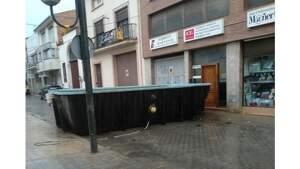 Imatge de la piscina enmig d'un carrer de les Borges Blanques