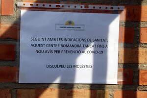 Un cartell informa del tancament de les instal·lacions del Centre Geriàtric Lleida