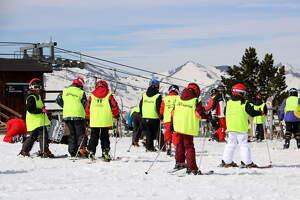 Pla de detall d'un grup d'escolars a l'estació d'esquí de Port Ainé