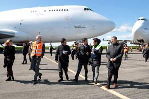 Pla sencer del conseller Damià Calvet visitant les instal·lacions de l'Aeroport