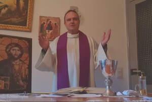Instantània de la missa de diumenge que el mossèn de diversos pobles de la Terra Alta