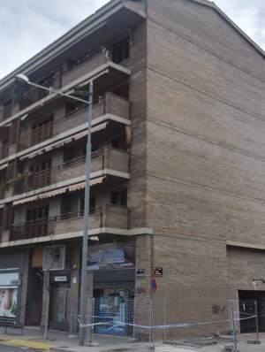 El vent 'arrenca' part d'un balcó d'un edifici de Lleida, el dia 2 de març de 2020.