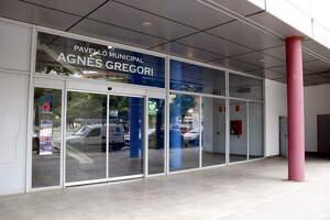 Pla tancat de la porta d'entrada al pavelló Agnès Gregori del barri de Balàfia de Lleida