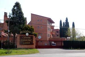 Pla obert del Centre Geriàtric Lleida amb les portes tancades