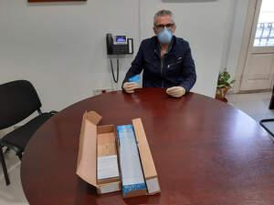 El president del Consell Comarcal del Pla d'Urgell, Rafel Panadés, amb les targetes moneder