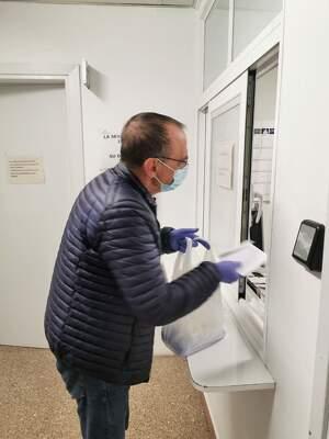 L'alcalde de Lleida, Miquel Pueyo, recollint com a voluntari de la Xarxa de Solidaritat de Lleida uns medicaments