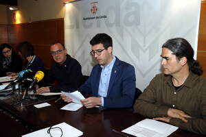 Pla mitjà on es poden veure l'alcalde de Lleida, Miquel Pueyo, i els tinents d'alcalde