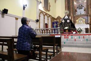 Una dona resa a la Mare de Déu dels Dolors, a Lleida