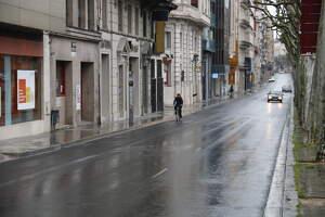 La rambla Ferran de Lleida amb poca circulació de vehicles i vianants