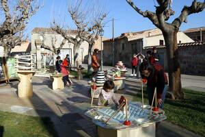 Infants juguen a Bellpuig amb alguns dels jocs que formaran part de l'espectacle del nou muntatge que Puck Cinema Caravana